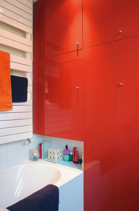 decoracao de banheiro vermelho e branco:Cecile Issard