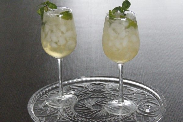 Apple Nojito: the perfect alcohol free drink in a wine glass