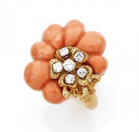 Античное золото, кораллы и бриллиантовая брошь
