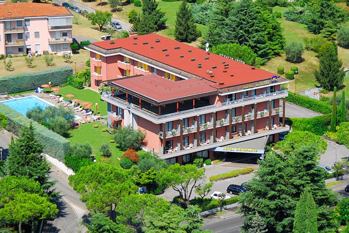 Hotel Oliveto - Desenzano del Garda ... Garda Lake, Lago di Garda, Gardasee, Lake Garda, Lac de Garde, Gardameer, Gardasøen, Jezioro Garda, Gardské Jezero, אגם גארדה, Озеро Гарда ... Welcome to Hotel Oliveto Desenzano del Garda. Hotel Oliveto means refined comfort in an elegant atmosphere. There are two swimming-pools, inddor and outdoor, with golf, tennis and windsurfing also available. Hotel Oliveto includes a lovely garden. The 76 rooms have automatic