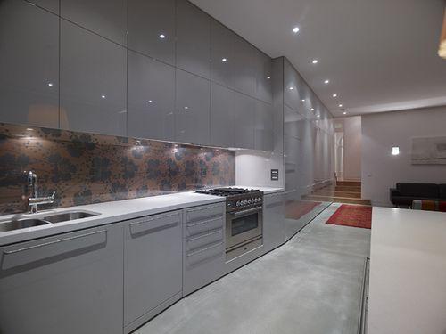 Gray cabinets and wallpaper backsplash kitchen for Grey kitchen wallpaper