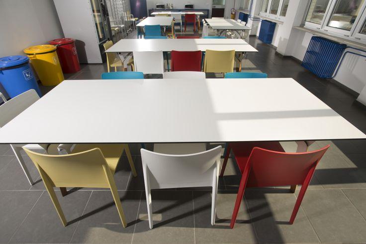 Stół z blatom kompaktową na stołówce