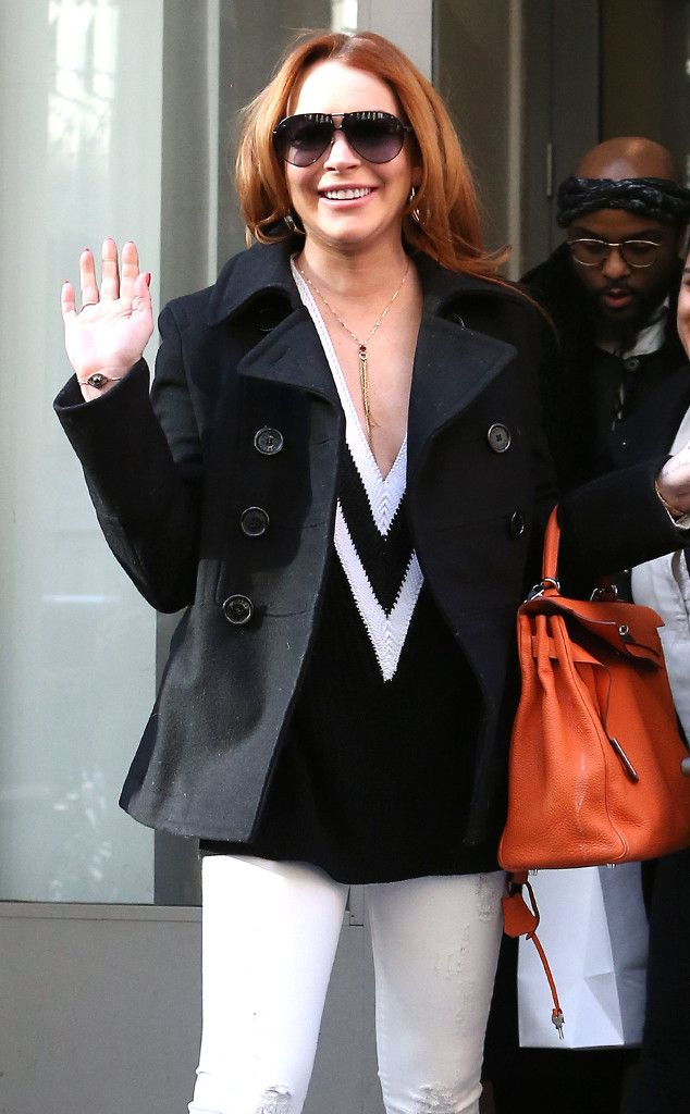 """Lindsay Lohan showed off modernized 'n' oversized aviator sunnies, as she waved to fans outside of """"The Tonight Show"""" studios!"""