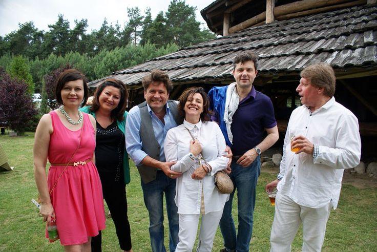 Śmiejąca się Barbara Jończyk w gronie klubowiczów.