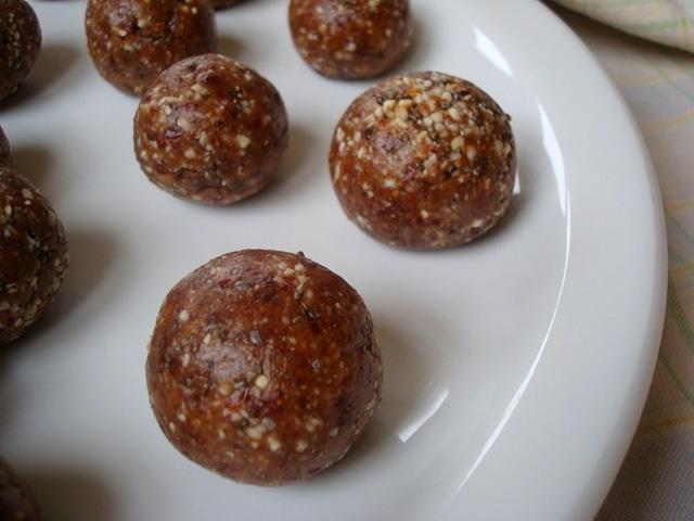 Almond Cherry Chia Bites | Granola Bars & Balls & snacks | Pinterest