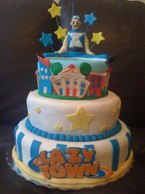 Torta en 3 pisos con cubierta en fondant tonos azul y blanco y decoraciones alusivas con figura en 3D en la parte superior