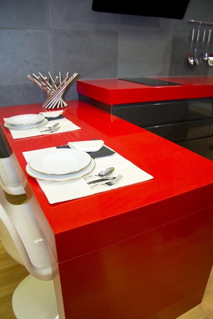 Cocina exposici n de silestone rosso monza con mesa mismo - Mesa cocina silestone ...