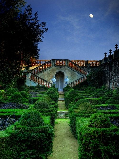 I love these formal gardens, but even more at night... how romantic !