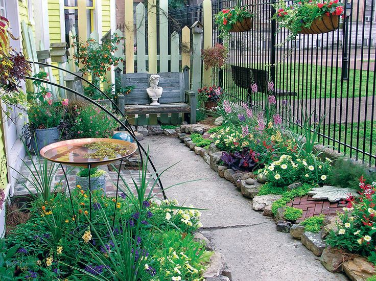 Flower bed ideas for small spaces gardening ideas for Small garden bed ideas