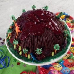 Vulkan-Kuchen mit Plastikdinos, perfekt für die Jurrasic Park Party oder Dinosaurier-begeisterte Jungs.  http://de.allrecipes.com/rezept/14039/jurassic-park-vulkan-kuchen--dinosaurierkuchen-.aspx