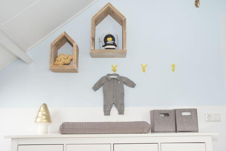 Van een klant fotos van de babykamer in geel, grijs en lichtblauw ...