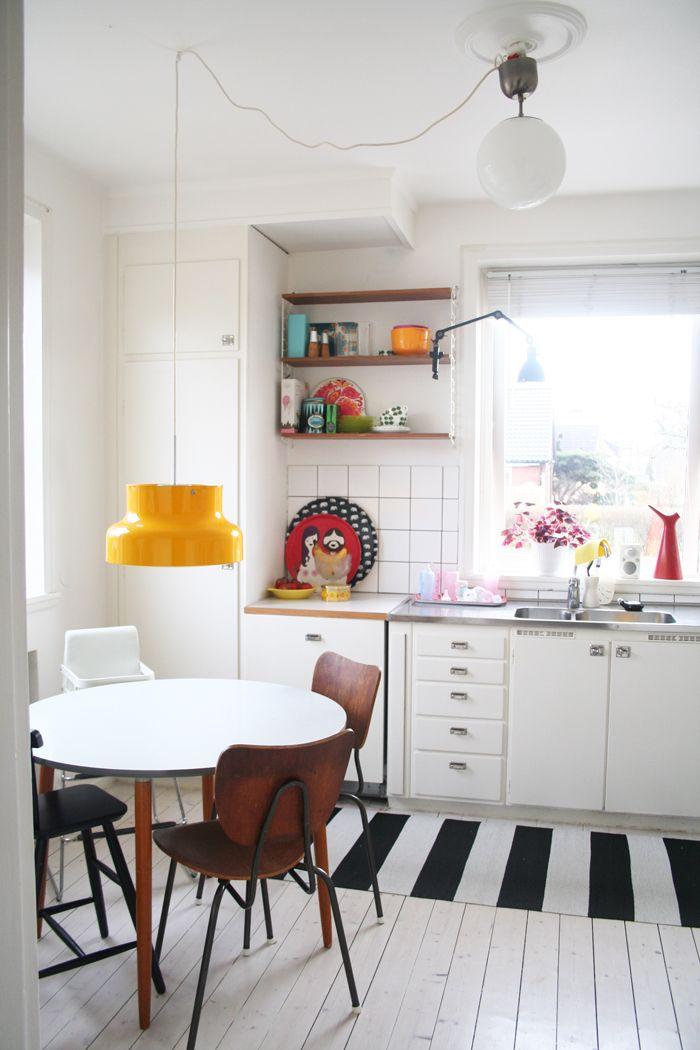 50 w kuchni przy oknie i żółta lampka Bumling
