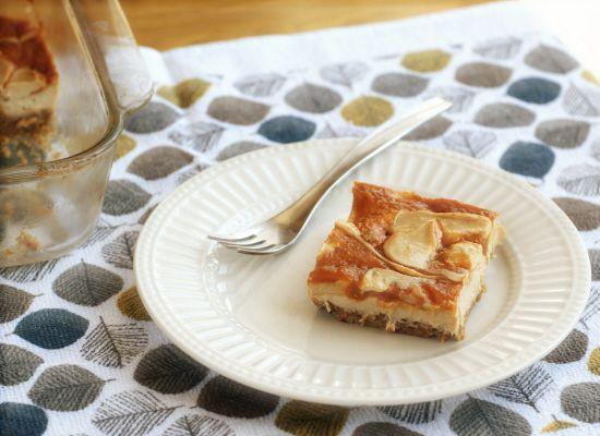 Apricot-Swirl Cheesecake Bars (#vegan, #dairyfree, refined #sugarfree)