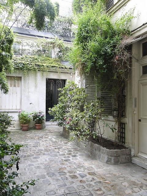 French courtyard cobblestones 1001 gardens pinterest for French courtyard garden ideas