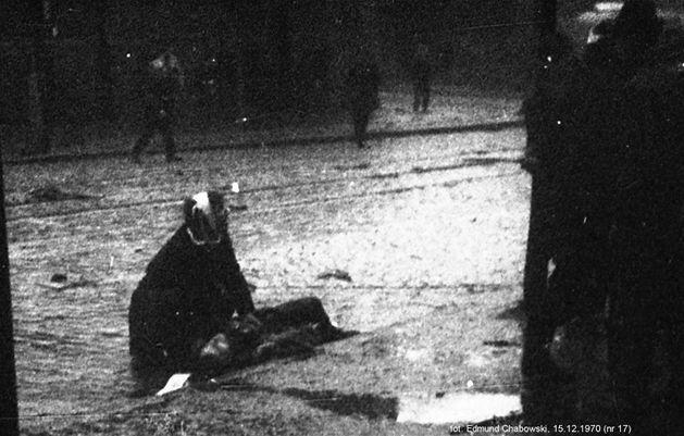 Zabity stoczniowiec nr 1 z urwaną przez czołg nogą. Fot. Edmund Chabowski