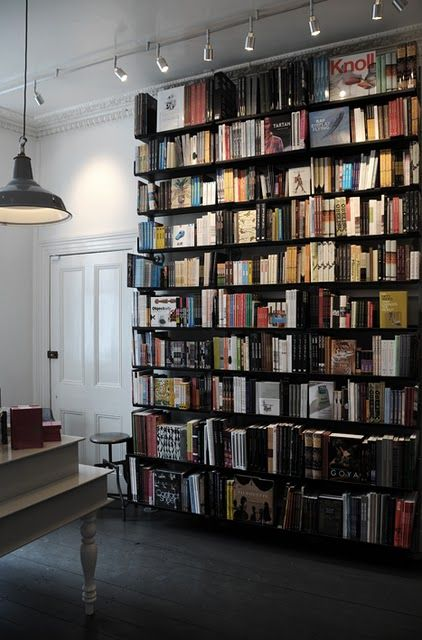 Ljus beskriver form – en bokhylla t ex stiger fram på ett helt annat sätt med fronten belyst och gavlarna i skugga