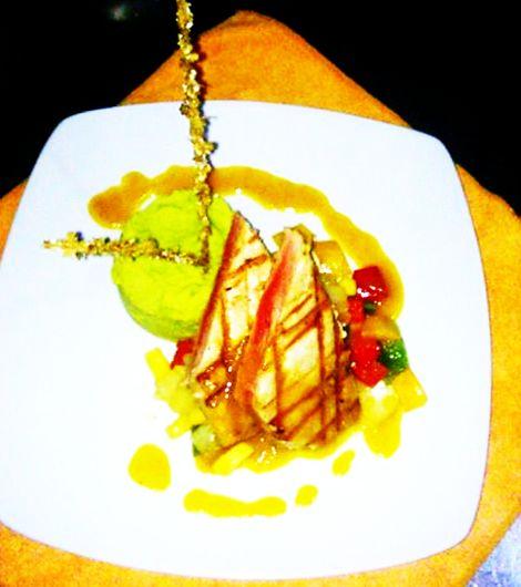 Atún rojo al GRILL en salsa de maracuya acompañado de puré de habas y vegetales salteados