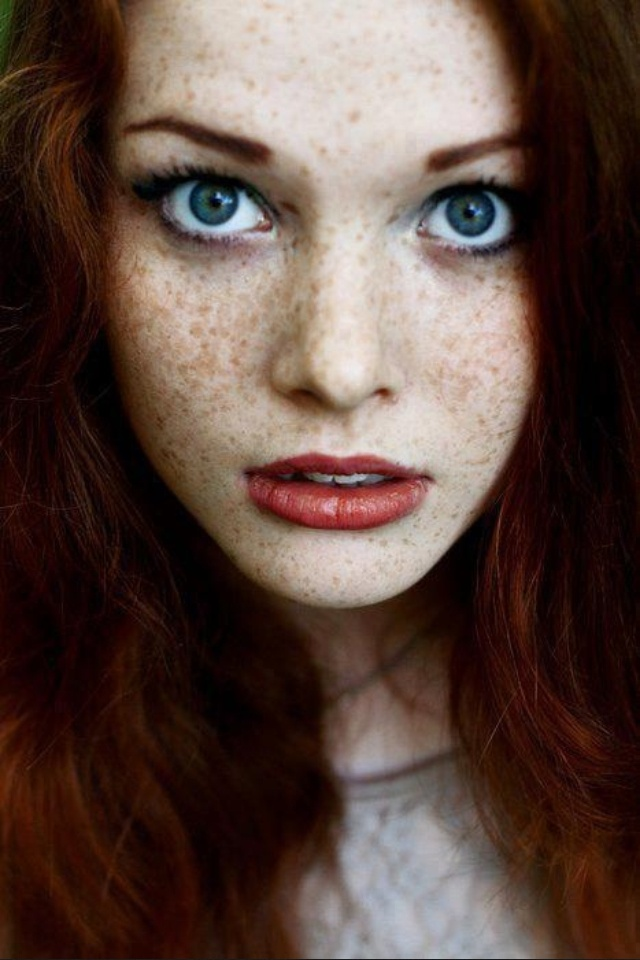 Pale natural redhead with freckles chiusura