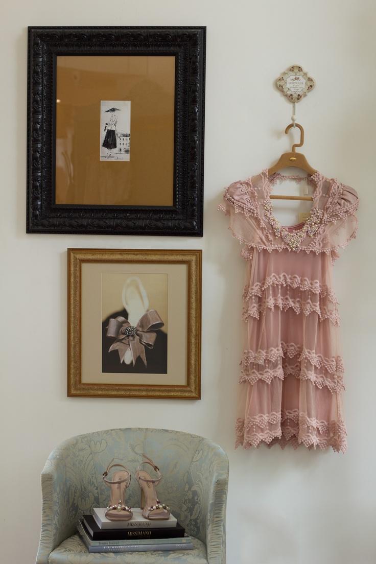 Lindo este vestido de tule com guipir de algodão e aplicações de pérolas. Você encontra em nossas lojas Miss Mano!