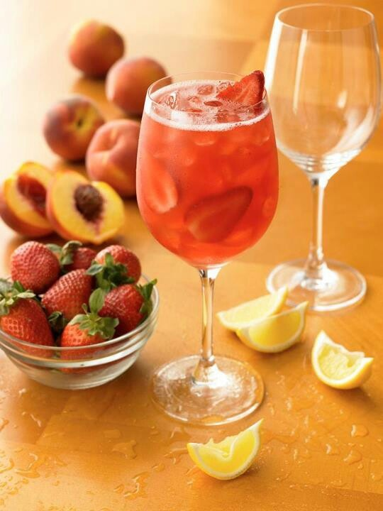 Strawberry peach sangria | Food and Drinks | Pinterest