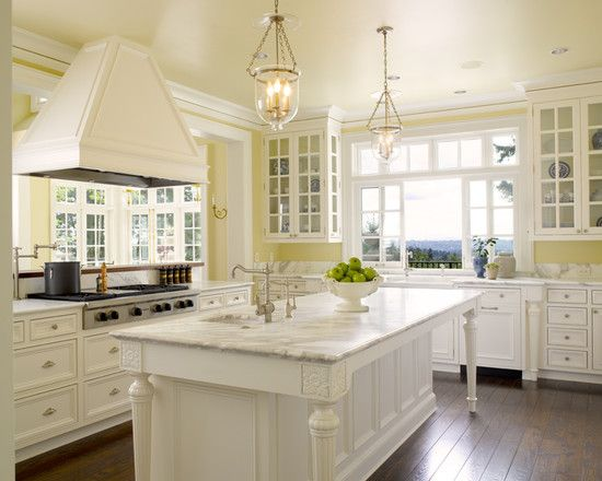 Traditional white kitchen island with pale yellow walls for Kitchen decorating ideas yellow walls
