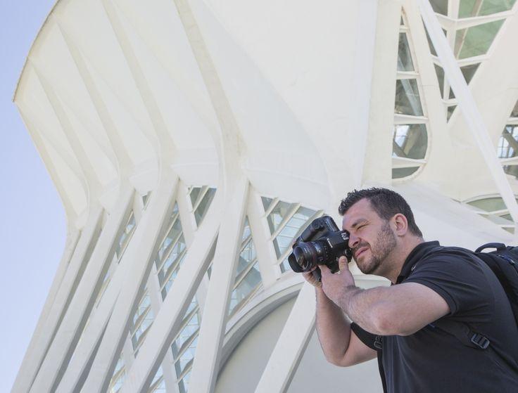 Chema Vela fotografiando la ciudad de las ciencias y las artes