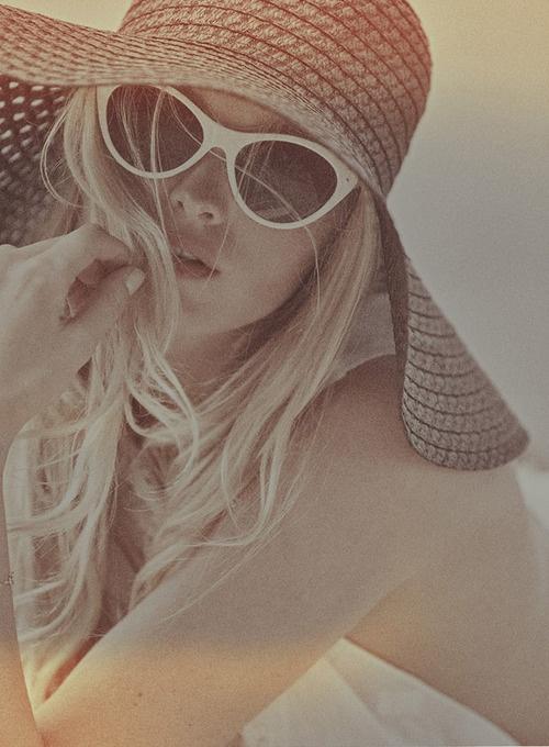Paille large et lunettes de soleil