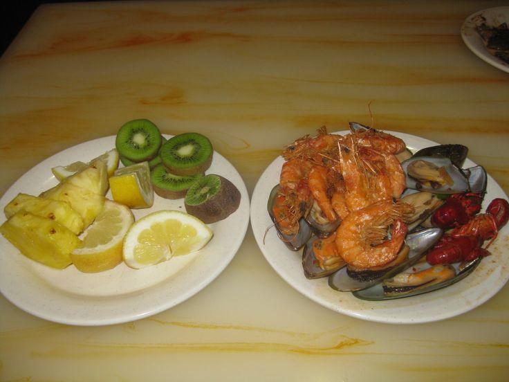 #Hibachi #dinner of #mussels, #crawfish and #largeShrimp alongside #sliced #kiwi #fruit, #Pineapple, and #lemon - www.http://drewrynewsnetwork.com/forum/health/weight-loss