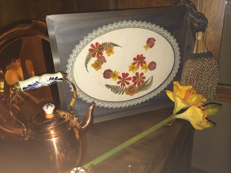 Bandeja de madera pintada con pátinas, decorada con flor seca y pasamanería.