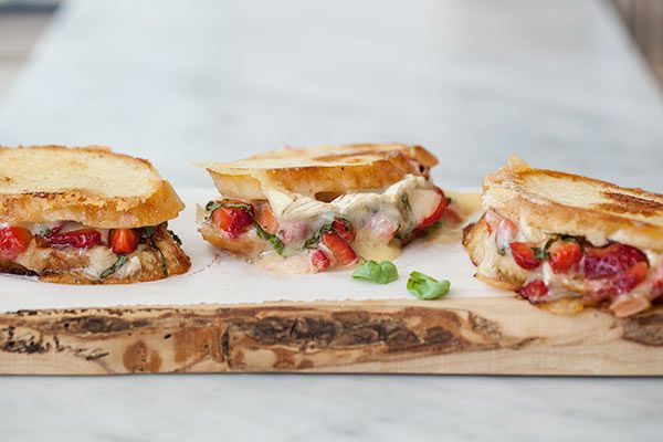 These petite Strawberry & Brie Grilled Cheese Sandwiches are perfect ...