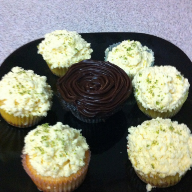 Key lime pie cupcakes with a graham cracker crust and lime curd ...