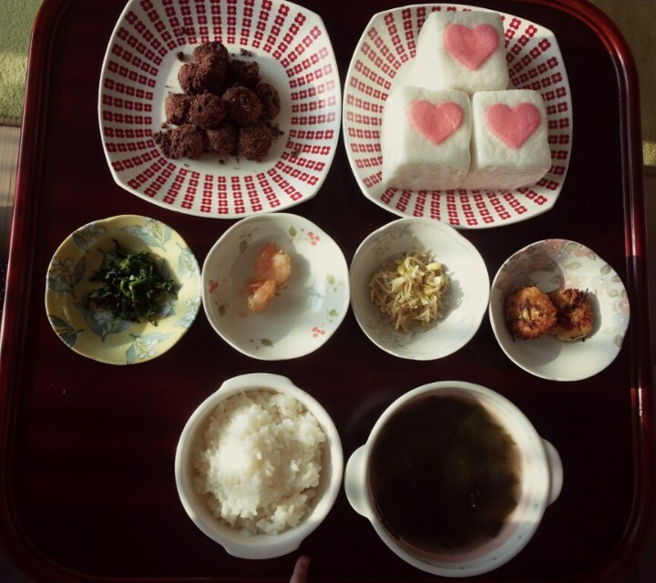 ... Korean style. (Rice with brown seaweed soup, side dishes & 2 kinds of