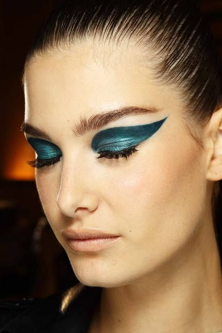 The two-toned peacock-teal wing. Pat McGrath for Atelier Versace. Couture. Fall 2014.