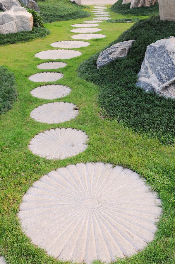 Circular paver path creative ideas pinterest for Rock stepping stones landscaping
