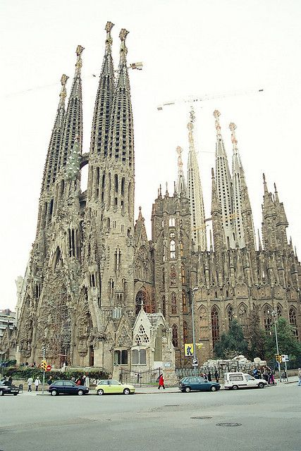 Gaudi cathedral barcelona travel pinterest for Kathedrale barcelona gaudi