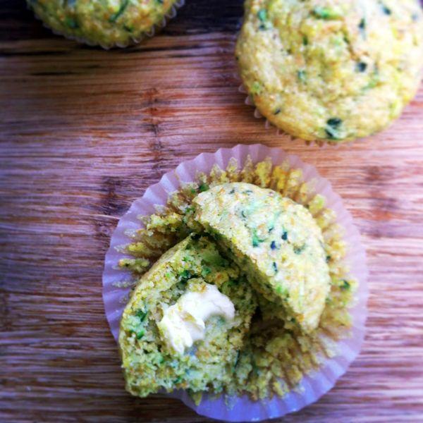 Zucchini cornbread muffins ~ Muffins de zuchini y polenta.