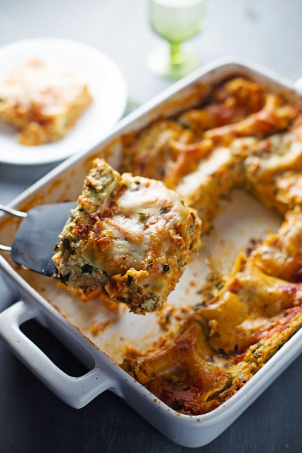Skinny Spinach Lasagna // layers of ricotta, spinach, noodles, sauce ...