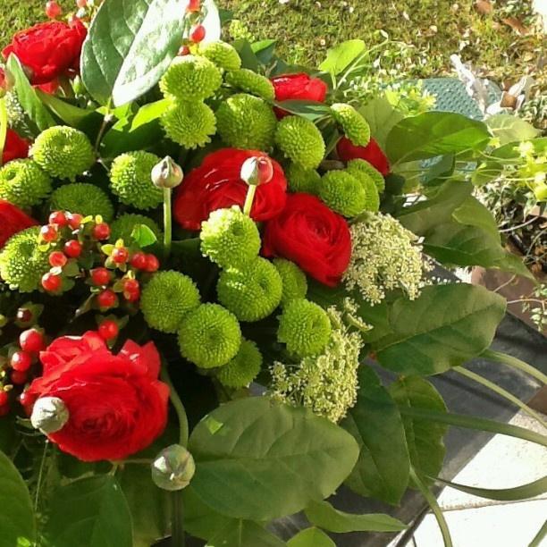 Centro de mesa en tonos verdes y rojo.  # Decoración centroflores # # flores # flores # # centrojardinería lospeñotes
