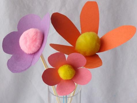 These pretty flowers are easy to make and are a wonderful way to bring spring into your room. You'll need construction paper, pom poms, bendable straws. #Kids #Flowers #Springt