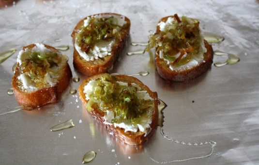 toasts with goat cheese and leeks | appetizers & snacks | Pinterest