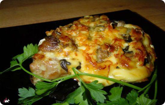 Мясо с грибами и сыром в фольге в духовке с фото