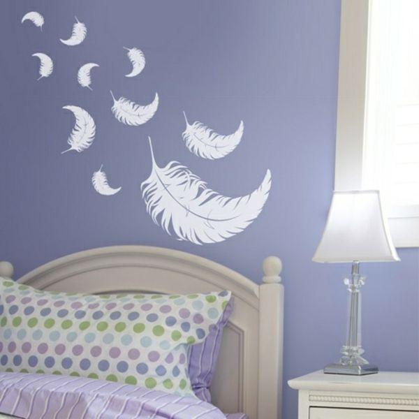 weiße feder bemalungen an der lila wand im schlafzimmer - deko ideen ...