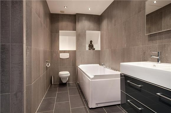 Bubbelbad In Badkamer ~ Ideale badkamer, strak, natuursteen, bubbelbad, regendouche en vakjes