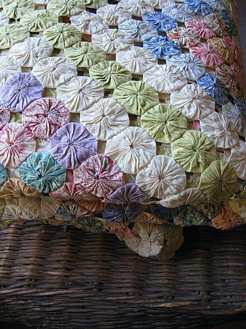 vintage/antique yo-yo quilt./I love this quilt.