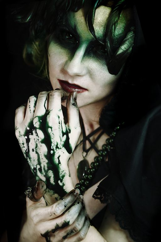 Spooky witch woman...dig her make-up for Halloween!