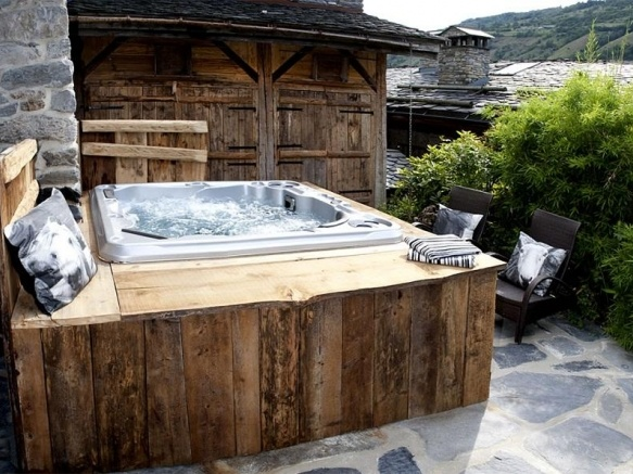Here is a hot tub we wouldn 39 t mind getting into what do you think hott - Deco jacuzzi exterieur ...