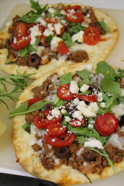 Greek Pita Pizzas, healthy and delish! #greek #pizzas #pita