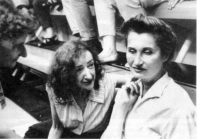 Die Schriftstellerinnen Elfriede Gerstl und Elfriede Jelinek in der Alten Schmiede in Wien im Juli 1995.  Foto: Heidi Heide, Wien