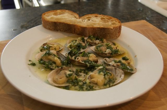 Beer steamed clams with garlic butter | Tasty Eats & Drinks | Pintere ...