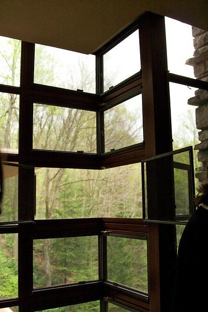 Corner Window, Fallingwater by Frank Lloyd Wright. Photo by Via Tsuji. #Architecture #Window #Falling_Water #Grnk_Lloyd_Wright